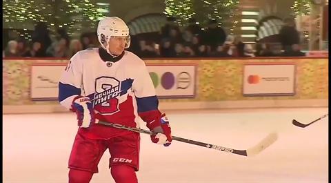 Photo of بوتين يخوض مباراة هوكي على الجليد مع وزير دفاعه في الساحة الحمراء