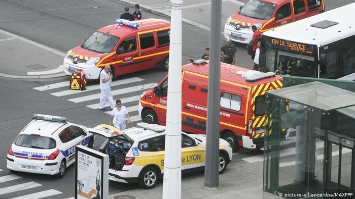 Photo of فرنسا: مقتل شخص وإصابة آخرين في حادث طعن قرب ليون