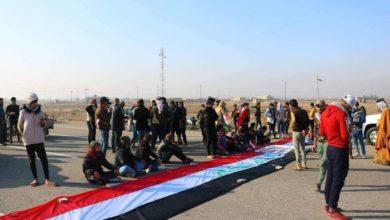 Photo of محتجون عراقيون يقطعون بغداد عن جنوب البلاد