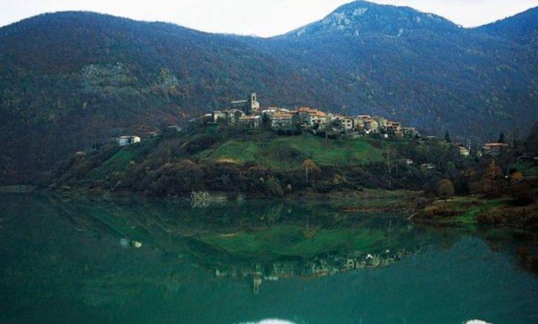 Photo of قرية إيطالية تستعد للخروج من تحت الماء