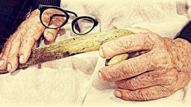 Photo of العكاز.. إشارة استفهام تحمل جواب الحياة لكبار السن