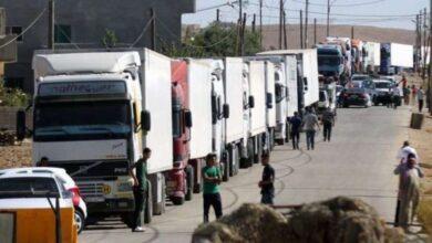 Photo of 15 شاحنة سورية محمّلة بالفواكه والمواد الغذائية والمنظفات تعبر منفذ البوكمال يومياً