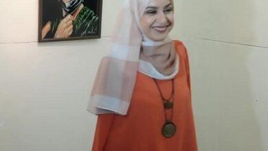 """Photo of دعاء البسطاطي تواصل الرسم بأصابع قدميها في معرضها """"فتيات"""" بحضور الأب زحلاوي.."""