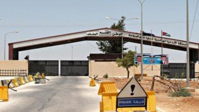 Photo of 240 شاحنة عالقة.. ماذا يجري في منفذ جابر الأردني الحدودي مع سورية؟