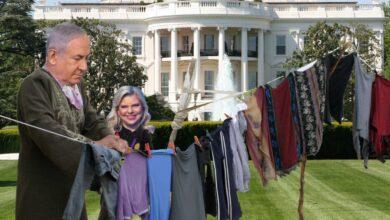 """Photo of فضيحة """"الملابس المتسخة"""" تلاحق نتنياهو و زوجته إلى باب منزلهما"""