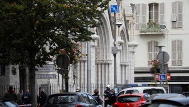 Photo of مقتل 3 أشخاص وإصابة آخرين بهجوم بسكين قرب كنيسة في مدينة نيس